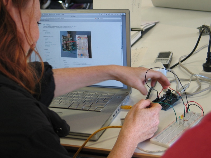 Annemarie Kohn with the devices at the still/open workshop
